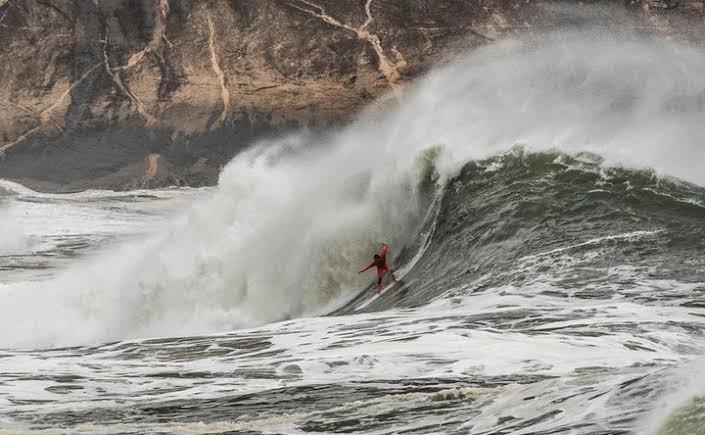 PAULO MOURA VENCE ITACOATIARA BIG WAVE EM MAR PESADO