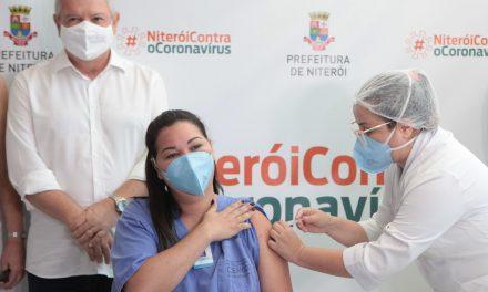 Idosa de 93 anos e enfermeira do Hospital Municipal Oceânico foram as primeiras a receber a vacina contra a Covid-19 em Niterói