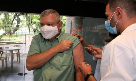 Prefeito de Niterói toma a primeira dose da vacina contra a Covid-19