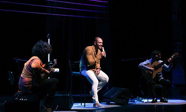 Diogo Nogueira apresenta 'Live dos Namorados' no Municipal